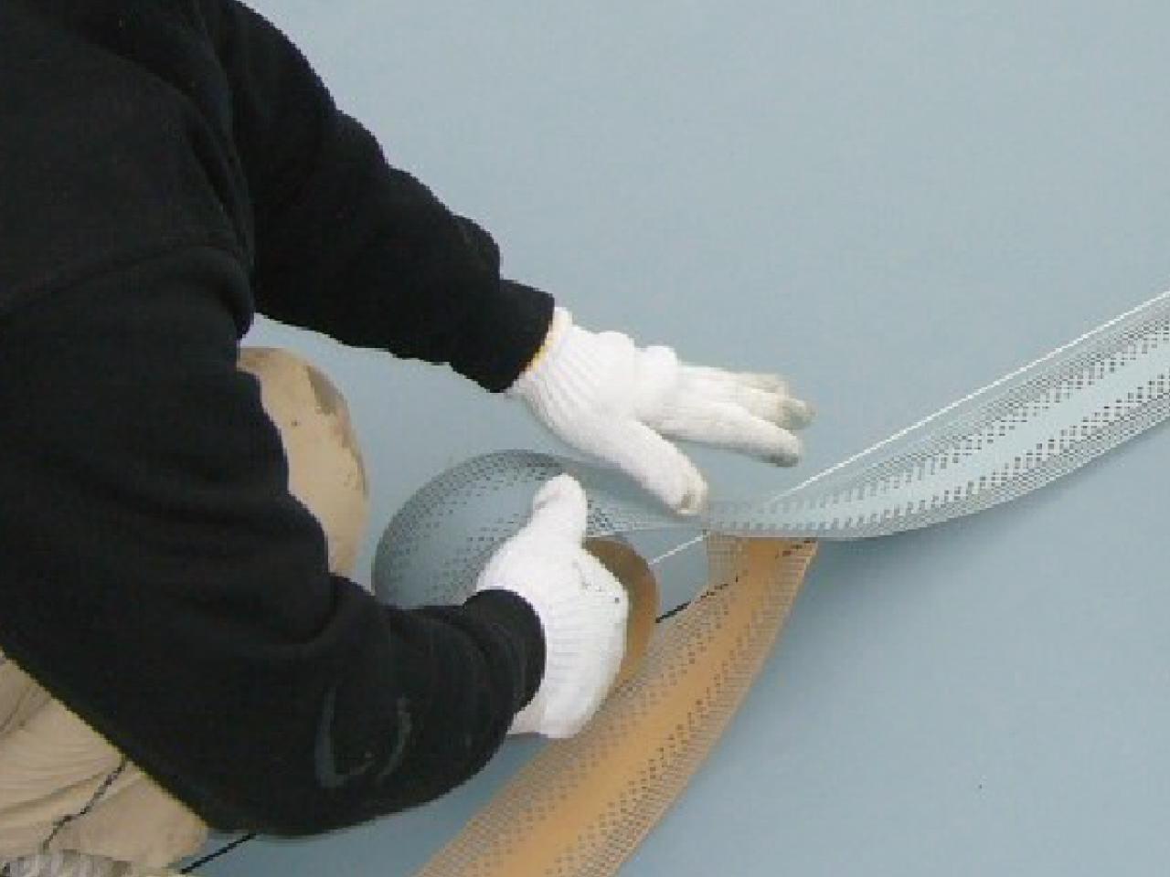 シート系防水と塗膜系防水の長所を兼ね添えた工法です。絶縁工法の為、建物挙動の影響を受けにくく信頼性の高い防水工法です。小面積から大面積まで施工箇所を選びません。通気層もある為、改修工事でも活躍しています。